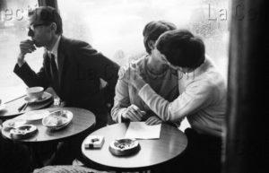 Herschtritt, Léon. Couple d'amoureux s'embrassant à la terrasse du Café de Flore, à Paris. Paris. 1967. Photographie. Collection Particulière.