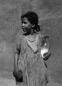 Herschtritt, Léon. Les Gosses D'Algérie. Fillette à la bouteille de lait. 1958 1959. Photographie. Collection Particulière.