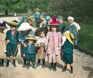 Paris. Enfants au jardin des Tuileries. Vers 1910. Photographie. Vienne, Österreichisches Volkshochschularchiv.
