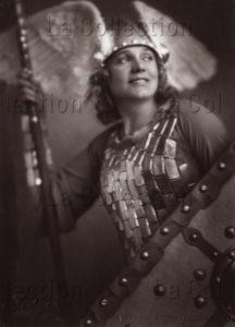 """Franz Xaver Setzer. La chanteuse Maria Jeritza en Brünnhilde dans """"Die Walküre"""" (""""La Walkyrie"""") de Richard Wagner. 1930. Photographie. Vienne, Atelier Setzer Tschiedel."""