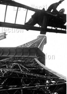 France. IIIe République. Exposition universelle. Ouvrier sur une échelle, près de la Tour Eiffel, lors de la mise en place de l'exposition universelle de 1937. 1936. Photographie. Collection particulière.