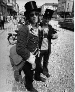 Allemagne. Société. Portrait de deux auto-stopeurs américains à Munich. 1970. Photographie. Collection particulière.