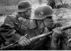 Allemagne. IIIe Reich. Soldat en position avec un lance-flammes. Vers 1940. Photographie. Collection particulière.