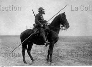 Première Guerre mondiale. Cavalier avec un masque à gaz. 1917. Photographie. Collection particulière.