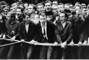 Allemagne. Guerre Froide. Berlin-Ouest. Jeunes Berlinois durant une manifestation devant la porte de Brandebourg contre la construction du Mur. 1961. Photographie. Collection particulière.