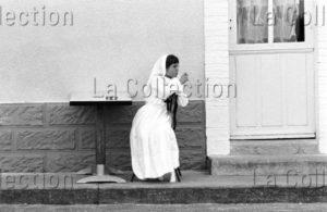 Kervella, Gilles. Sarthe. Saint Jean Du Bois. Communiante à La Cigarette. 1977. Photographie. Collection Particulière.