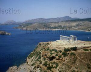 Grèce. Cap Sounion. Vue Générale Sur Le Golfe Saronique Avec Le Temple De Poséidon. Photographie.