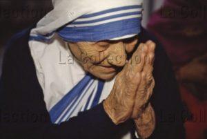 Inde. Calcutta. Missionnaires de la Charité. Portrait de Sainte Teresa de Calcutta (Mère Teresa) Priant. 1995. Photographie de Lois Lammerhuber.