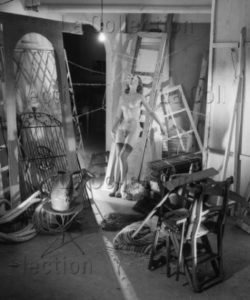 Lorelle, Lucien. Femme oubliée dans un grenier. 1946. Photographie. Archives Philippe Gallois.