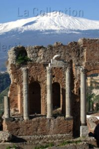 Italie. Sicile. Taormina. Le Théâtre antique et l'Etna. IIIe IIe siècle avt JC. Photographie de Luigi Nifosi.