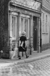 Delagarde, Jean Pierre. Allemagne (RDA). Serveuse dans les rues de Mühlhausen. 1980 1981. Photographie. Collection particulière.