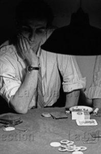 Delagarde, Jean Pierre. Joueurs de poker clandestins, dans le Marais, à Paris. 1980. Photographie. Collection particulière.