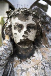 Paris. Cimetière du Père Lachaise. Tombe. Détail : le visage défiguré d'un ange. Photographie de Clément Guillaume.