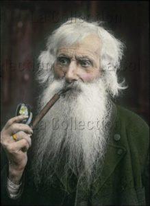 Paysan Barbu Fumant Sa Pipe, De La Région Du Salzkammergut. Vers 1910. Photographie. Vienne. Österreichisches Volkshochschularchiv.