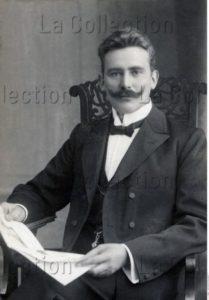 Homme Lisant Son Journal. 1907. Photographie. Collection Particulière.