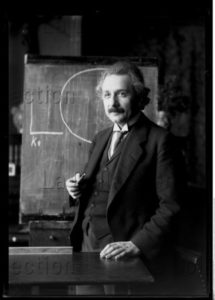 Portrait d'Albert Einstein, physicien helvético américain, devant un tableau noir. 1921. Photographie. Vienne, Österreichische Nationalbibliothek.