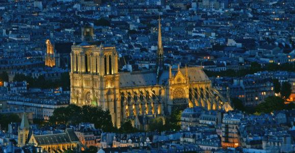 Art gothique. Paris. Cathédrale Notre-Dame. Vue générale nocturne. 1163-XIVe/XIXe siècle. Photographie.