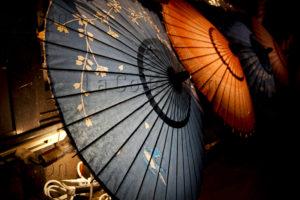 Maufroid, Caroline. Kyotô, quartier de Pontocho. Ombrelles. 2017. Photographie. Collection particulière.