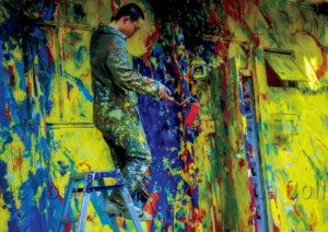 Pons, Sébastien. Japon. Peintre décorant la maison art et design de Harajuku. Photographie.