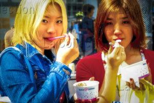 Pons, Sébastien. Japon. Shibuya Girls mangeant une glace. Photographie.