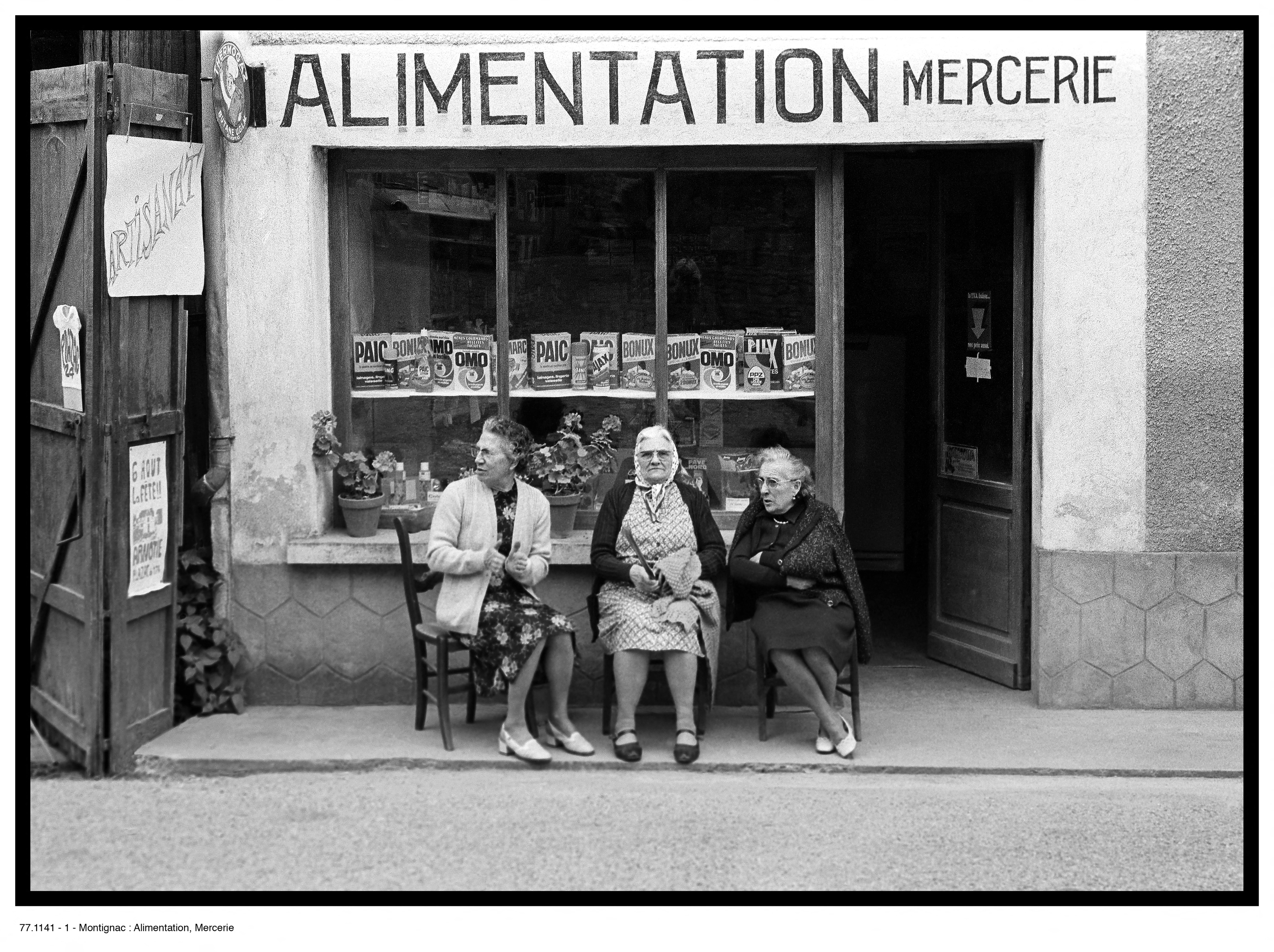 "Dumontier, Jean-Paul. Série ""Mes Flâneries"". Montignac, Alimention Mercerie. Photographie. Collection particulière."