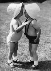 Anonyme. Deux bébés échangeant un secret. Oxford, 1936. Photographie. Collection particulière.
