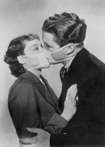 Extrait de film d'une scène de baiser avec un masque protecteur contre la grippe à Hollywood. 1937. Photographie. Collection particulière.