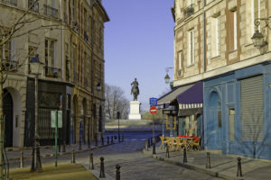 """""""Paris vide"""". Place Dauphine et la statue équestre d'Henri IV. Photographie Jean-Michel Drouet."""