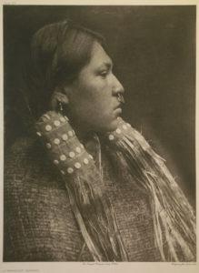 Edwards Curtis. Portrait d'une jeune fille indienne. La Rochelle, Musée du Nouveau Monde.