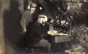 Première Guerre mondiale. Poste téléphonique dans la cave de la gendarmerie à Moncel-sur-Seille. 1914-1915. Photographie. Collection particulière.