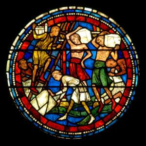 Art gothique. Chartres. Cathédrale Notre-Dame. Nef. Côté sud. Verrière des miracles de Notre-Dame. Détail : construction de la cathédrale (maçons). Vers 1205-1215. Vitrail.