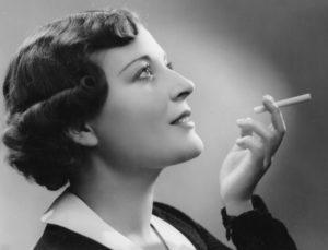 Anonyme. Une femme avec une cigarette. Vers 1930. Photographie. Collection particulière.