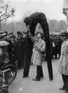 Anonyme. Spectacle de rue, Paris. Vers 1930. Photographie. Collection particulière.