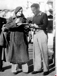 Anonyme. Portrait de Marlène Dietrich signant un autographe sur Hollywood Boulevard. 1933. Photographie. Collection particulière.