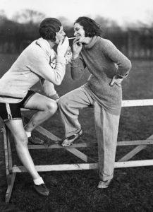 Anonyme. Deux jeunes femmes sportives fumant une cigarette. 1929. Photographie. Collection particulière.