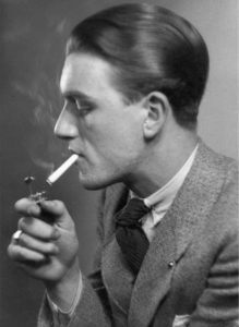 Anonyme. Homme en costume, allumant une cigarette avec un briquet. Vers 1920-1930. Photographie. Collection particulière.