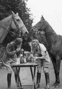 Anonyme. Pause cigarette pour les participants aux Jeux de Polo et Gymkhana, Londres. Vers 1920-1930. Photographie. Collection particulière.